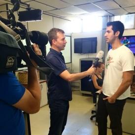 Draaien op de redactie van een lokale sportzender in Salvador, tijdens het WK 2014
