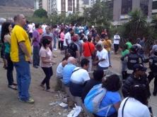 Sympathisanten van de oppositie bij het stemlokaal