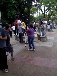 Deze straatverkoper speelt in op de behoefte van de demonstranten
