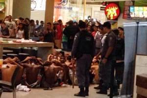 Arrestanten in het winkelcentrum